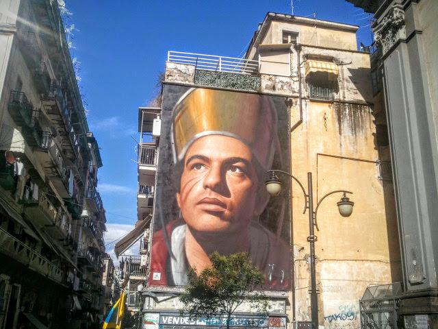 L'uomo dell'Est, a pochi passi dal murales di San Gennaro