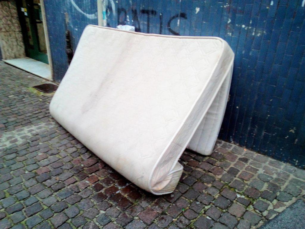 Terra del Sonno: contro l'incivile abbandono dei materassi