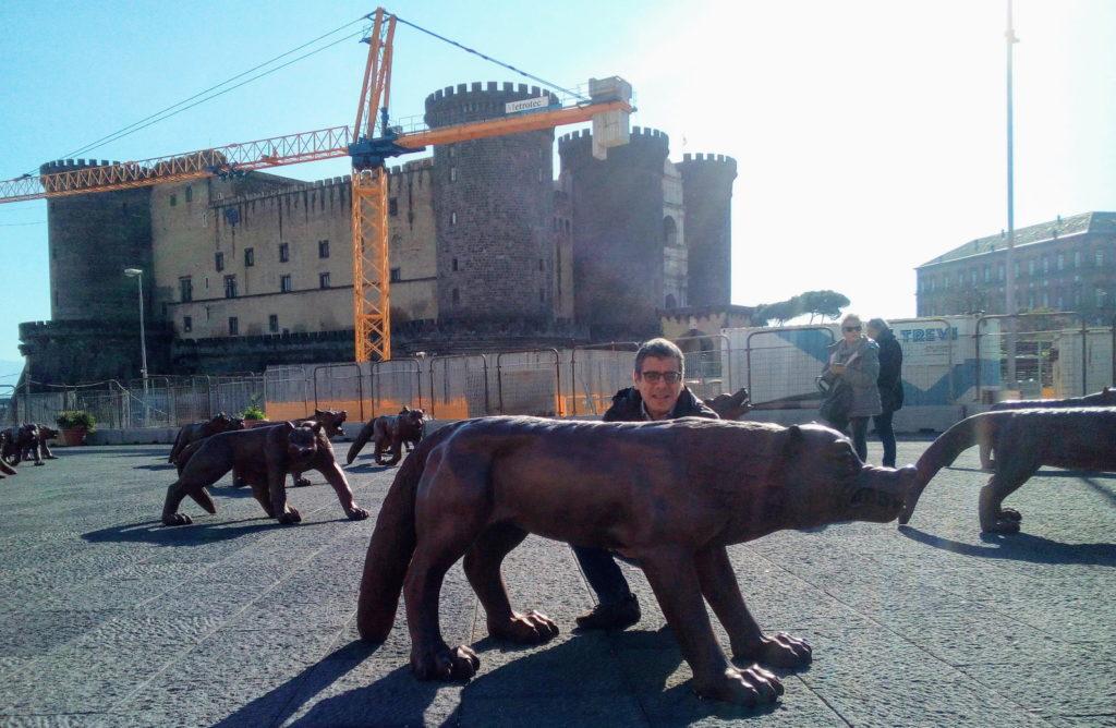I veri lupi di piazza Municipio, opera di Liu Ruowang