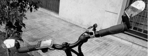 Come pedalo a Napoli? Con un carro armato rosso