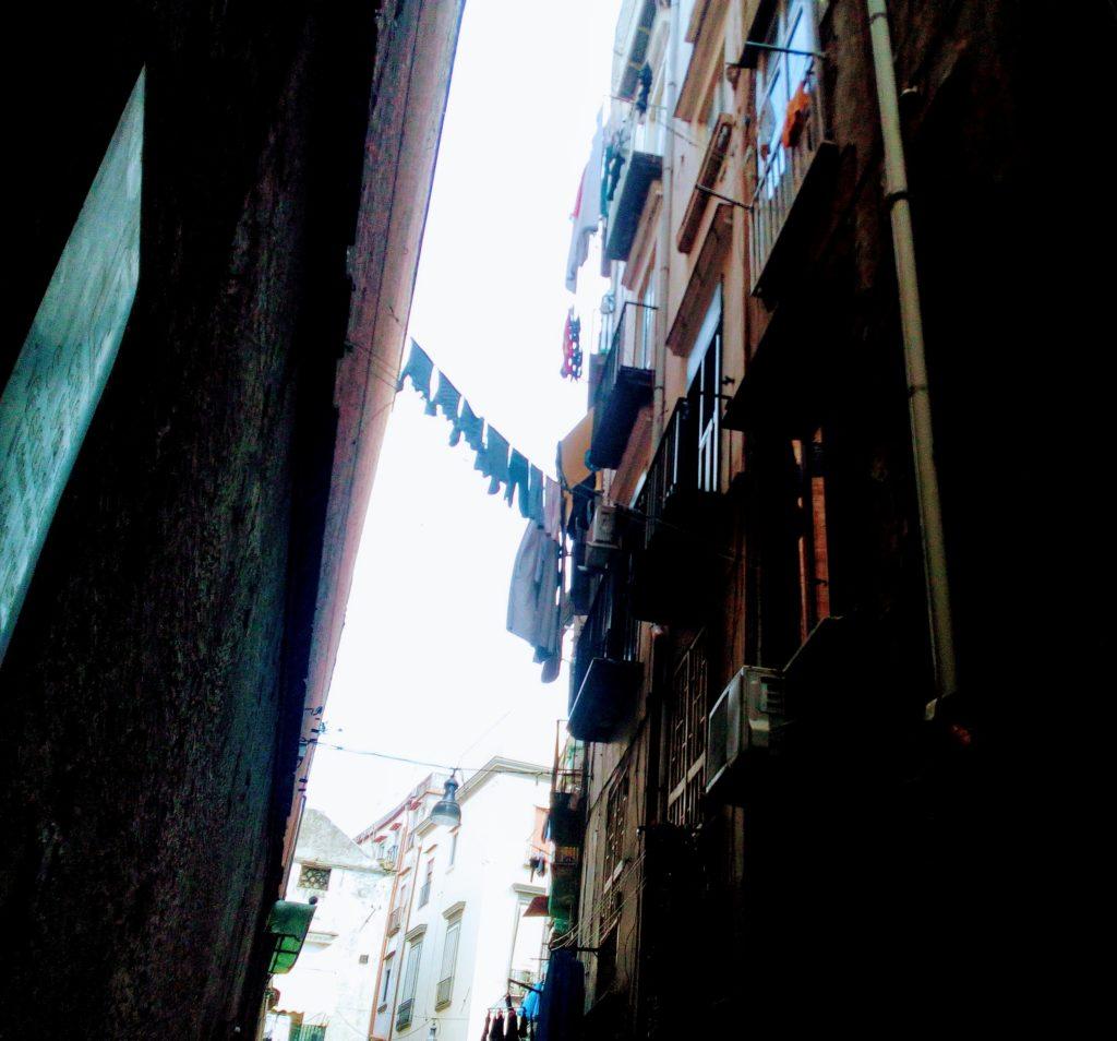 Tra i vicoli di Napoli, dove il sole non entra mai