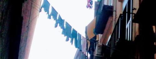 Vicoli di Napoli: il segreto del palazzo curvo [FOTO]
