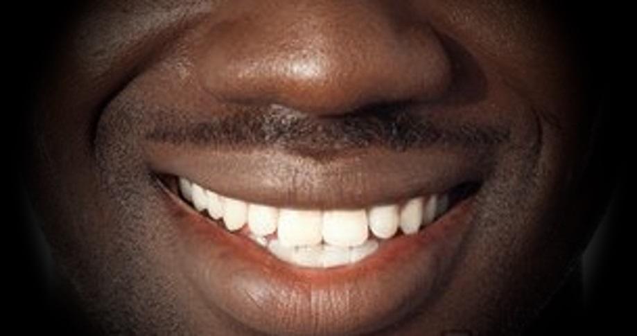 Un sorriso contro l'indifferenza