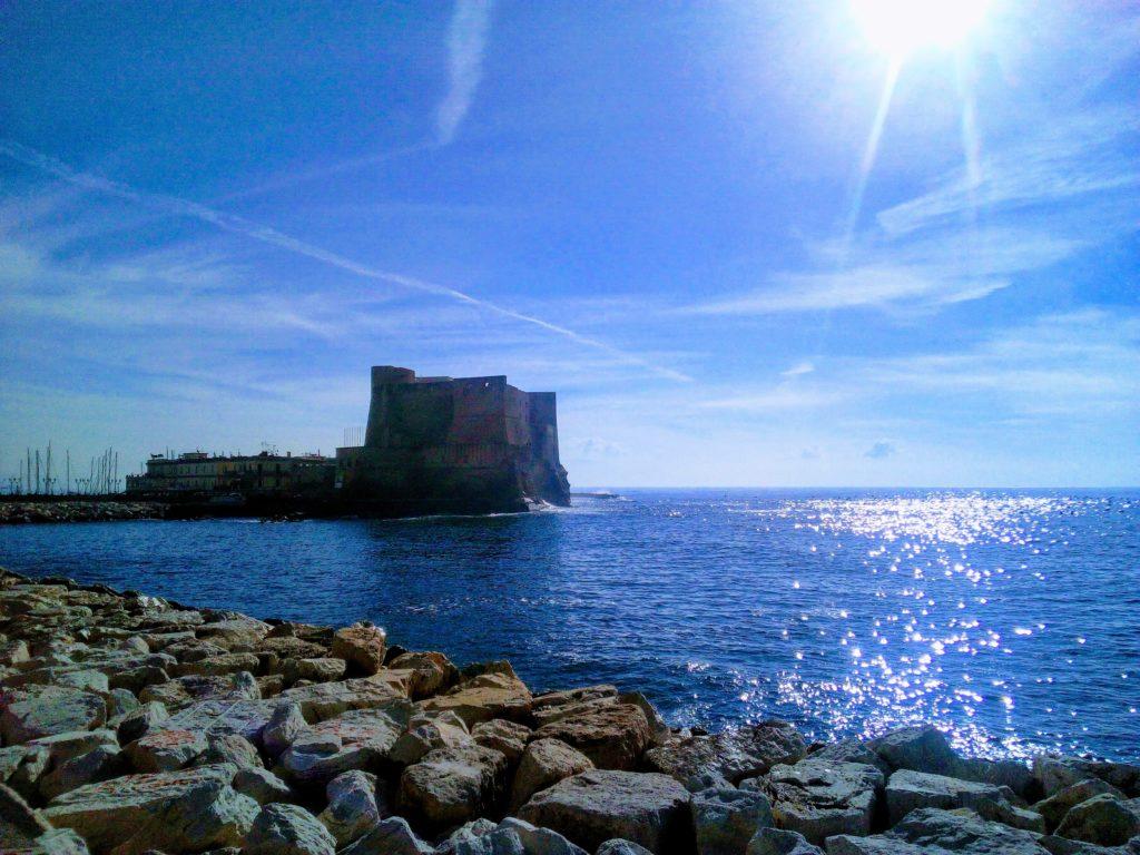 Dalla terrazza di Castel dell'Ovo, il mare di Napoli in un minuto
