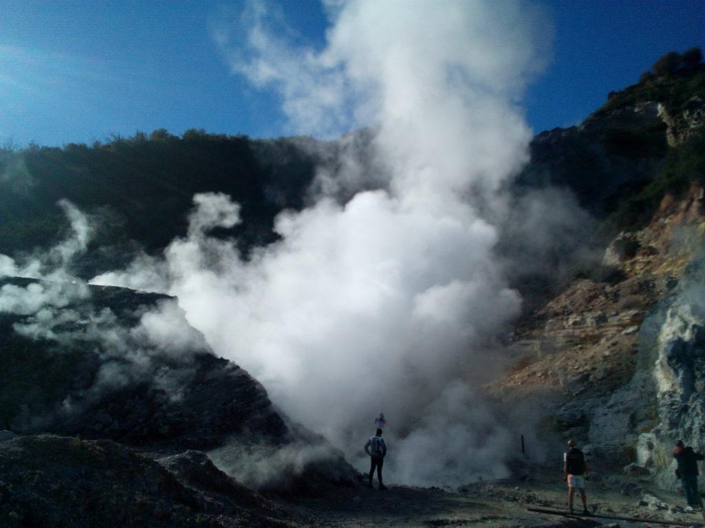 Il vulcano di via Pisciarelli, un pezzo di Solfatara a bordo strada