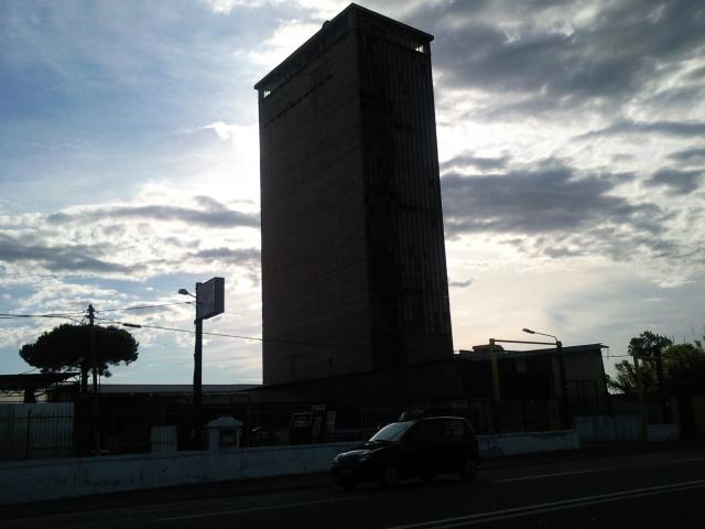 Il grattacielo abbandonato di Mondragone