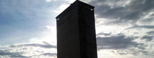 Mondragone, cittadinanza onoraria al grattacielo-ecomostro
