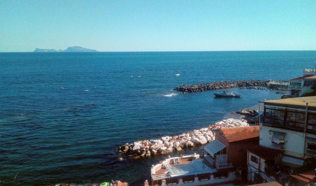 Scorcio di Marechiaro con l'isola di Capri all'orizzonte
