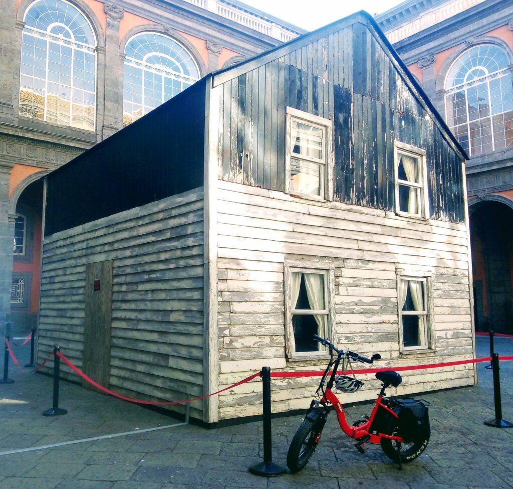 La casa di Rosa Parks al Palazzo Reale di Napoli, opera dell'artista statunitense Ryan Mendoza