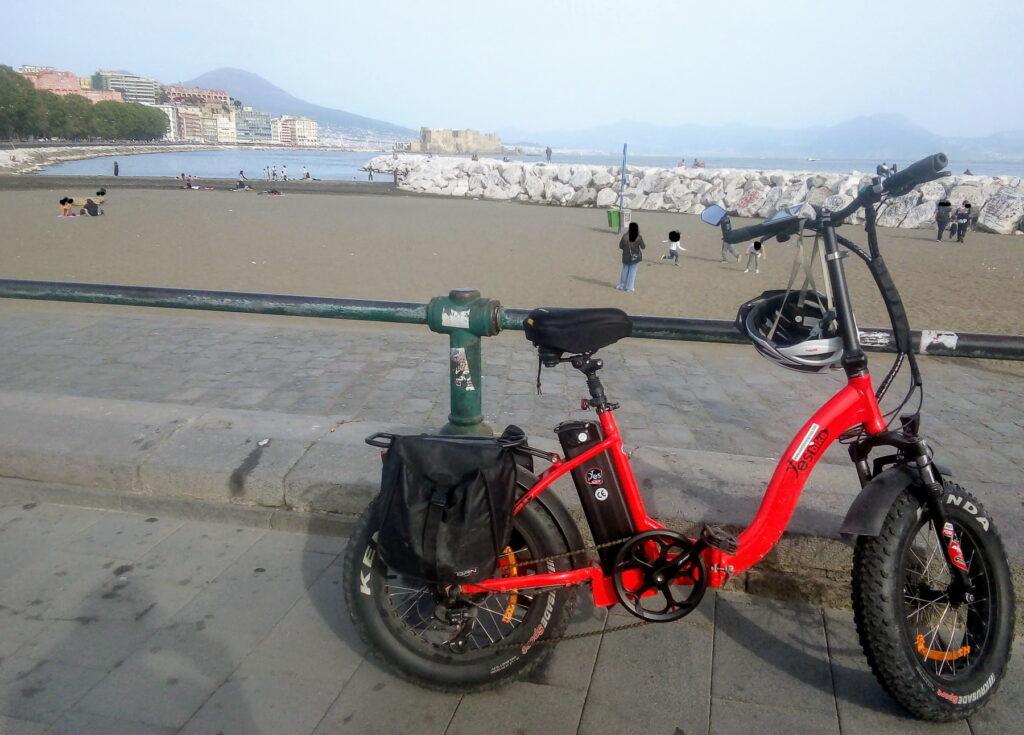 Sul lungomare di Napoli, con la mia nuova e-bike raggiungo la soglia dei duemila chilometri