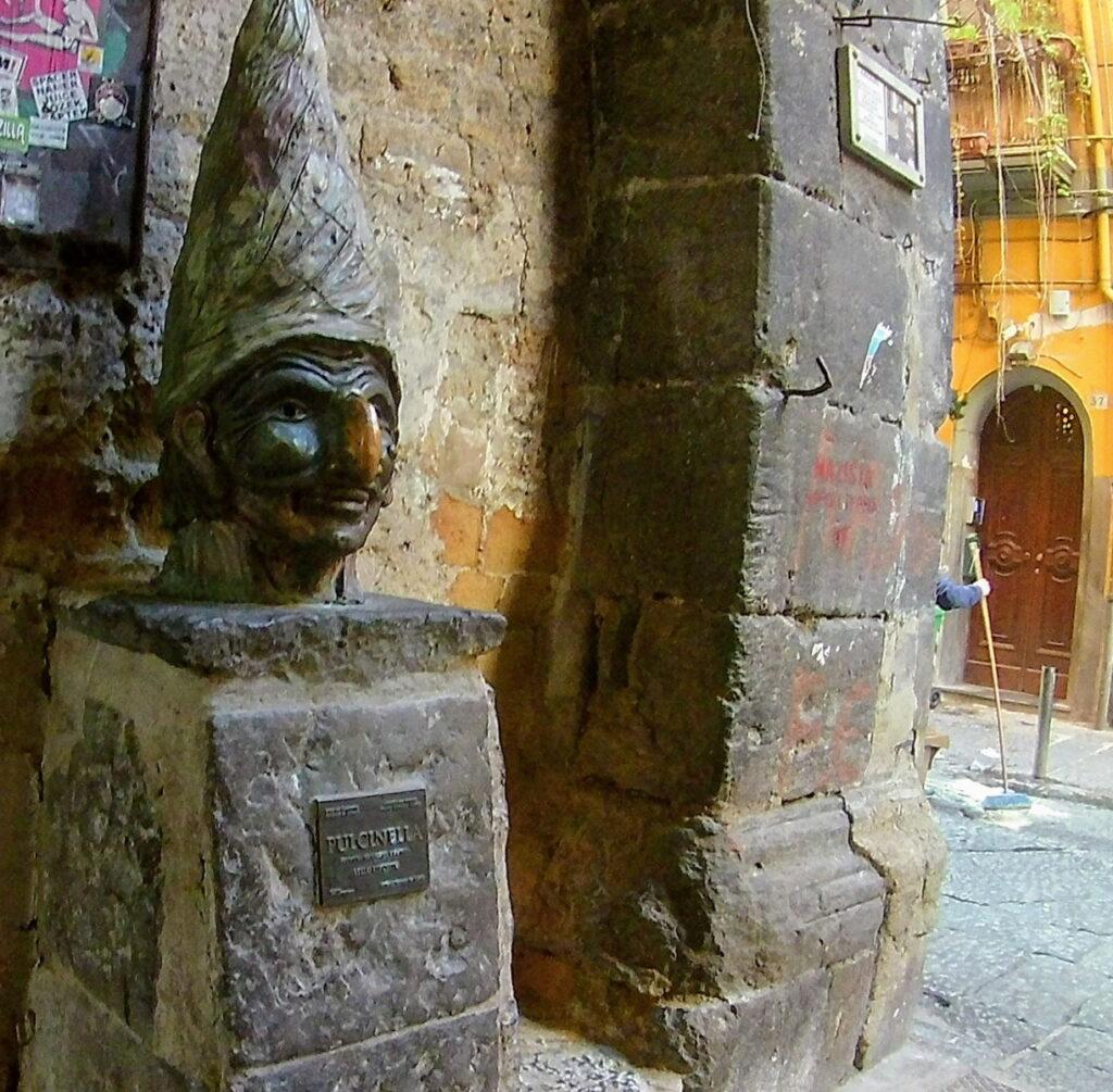 Il Pulcinella di Lello Esposito a vico del Fico al Purgatorio, nel centro storico di Napoli